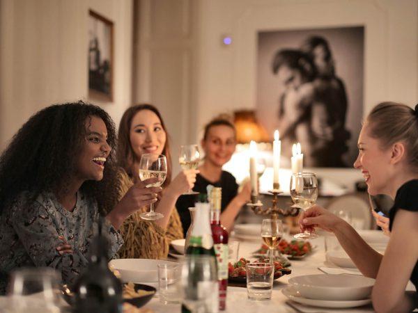 Ride bene chi ride a tavola: i cibi che strappano una risata secondo la ricerca BVA Doxa per Deliveroo